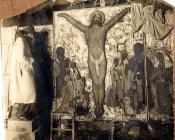 Photographie de Marcel-Lenoir devant la fresque Le Christ au milieu des croyants et des incroyants à Bruniquel.