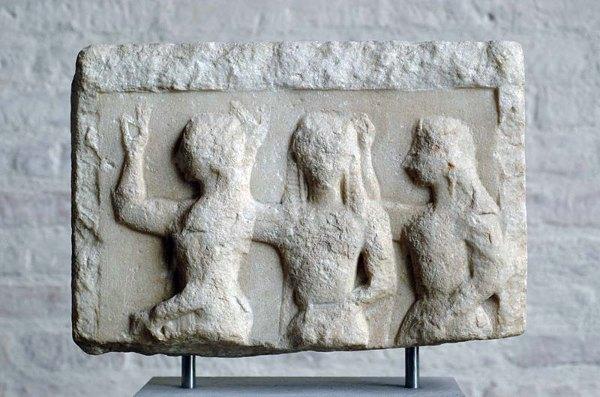 004 - Glyptothek_Munich_241 Griekse weergave van de Chariten van rond 560 v.Chr.