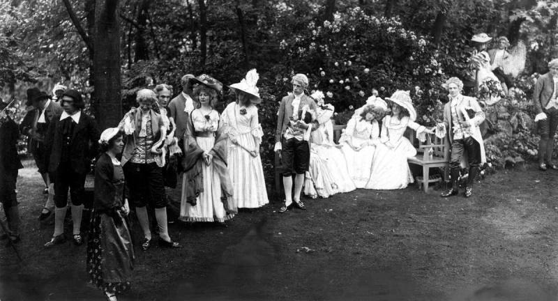 Openluchttheater. Uitvoering van het openluchtspel 'Toen de rozen bloeiden', geschreven door mevrouw Amy Grote Twist in het Openluchttheater in Hilversum. Nederland, 1913.