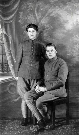 80 - Johan en een dienstmakker op soort van statiefoto tijdens hun militairenummer in 1937