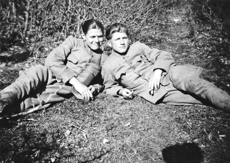 82 - Johan en Gert tijdens de mobilisatie liggend ergens op de Grebbeberg