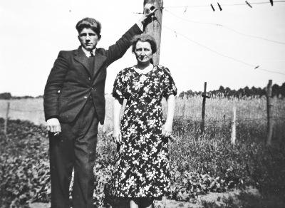 83 - Johan met zijn moeder Grada, twee handen op een buik, foto gemaakt ergens 1936