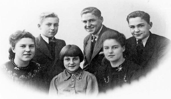 86 - Kinderen Van den Broek met Jaap als 2e van rechts boven