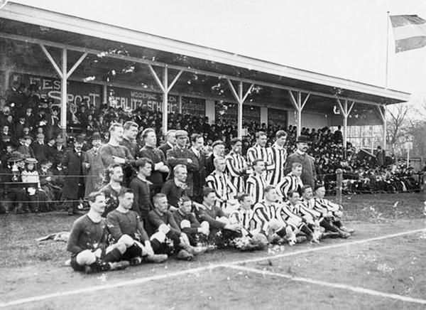 Nederland-België van 26 april 1908. Bij de Nederlanders zit op de voorste rij geheel in het midden Jan Akkersdijk