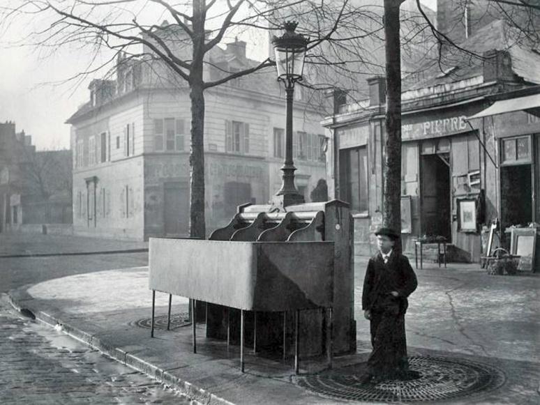 16 - Urinoir in Paris 1865