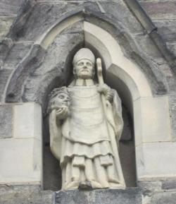 standbeeld van cuthbertus buiten Durham Cathedral