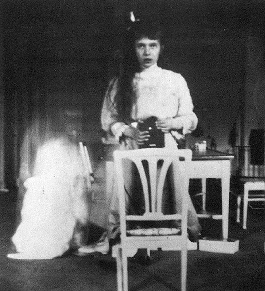 24 - Grand_Duchess_Anastasia_Nikolaevna_self_photographic_portrait1