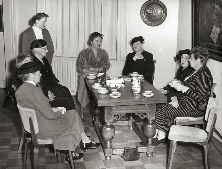 Kunstenaars (Amsterdamse Joffers) bezocht door Koningin Juliana bij de tentoonstelling 'Vrouwen schilderen' (1955)