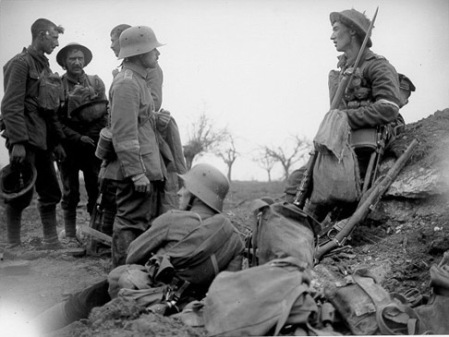 kerstvrede-1914-duitse-en-britse-soldaten2